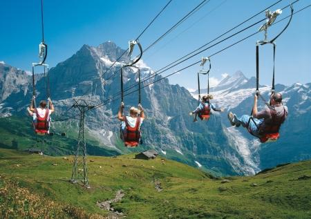 Fast wie im Freizeitpark: First-Flieger - Spass für alle Altersklassen!