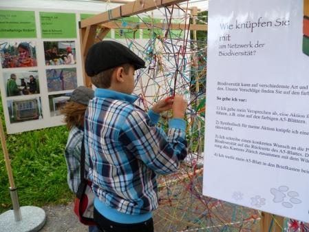 Kinder knüpfen am Netzwerk der Biodiversität. Bild: Verein «Natur liegt nahe»