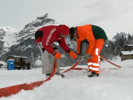 Toni (links) und Paul Töngi verlegen die Wasserleitungen, welche die Schneilanzen mit Wasser versorgen. Bild Beat Christen