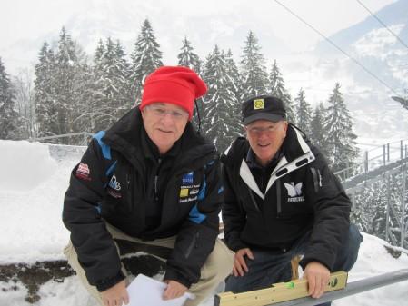 Pierre Bailly (links) vermisst im Beisein von Engelbergs OK-Präsident Ernst von Holzen die Titlis-Schanze für die Neuzertifizierung. Bild Hubert Mathis