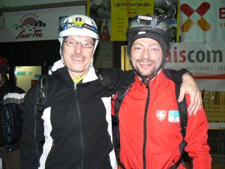 Simon Bumann, Direktor Saas-Fee/Saastal Tourismus und Pfarrer Konrad Rieder vor dem Start