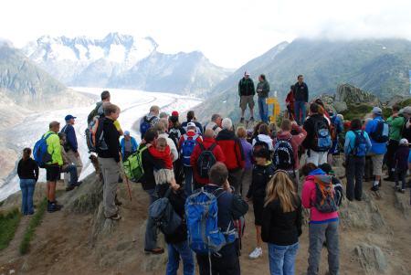 Weltmeister-Wandertag in der ALETSCH ARENA Dani Albrecht, der Weltmeister, wanderte mit den Gästen entlang des Grossen Aletschgletschers