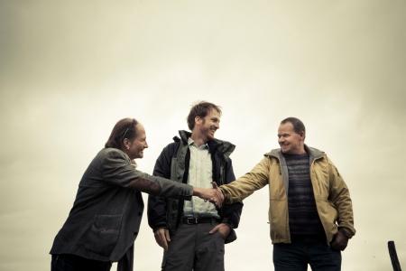 Freuen sich über den Förderpreis: Die Theatermacher Mathias Balzer und Markus Gerber und der Präsident der Alpgenossenschaft Stierva, Roman Brenn (v.l.).