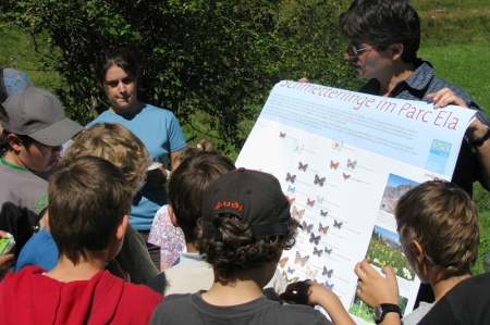 Tagfalterspezialist Thomas Bühler mit Schulkindern von Salouf
