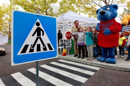 Käpt'n Blaubär trainierte 400 ABC-Schützen im Ravensburger Spieleland