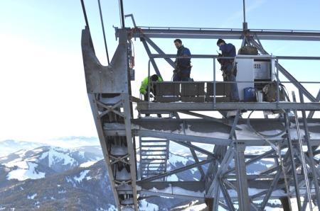 Auf der 55 Meter hohen Schwebebahnstütze werden auf beiden Fahrbahnen neue Tragseil-Überwachungen montiert. Vier Mitarbeiter der Säntis-Schwebebahn sind speziell ausgebildet zum eidg. dipl. Seilbahnfachmann und arbeiten gewissenhaft für die Sicherheit der vielen Säntisgäste.