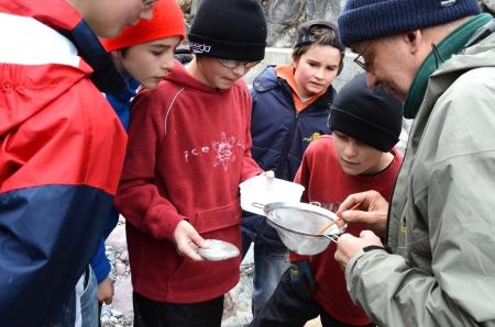 Schulkinder erleben Amphibien im Parc Ela