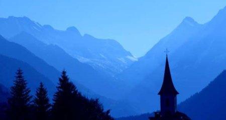 """Anlässlich der 7. Schweizer Wandernacht fand in der Nacht vom 30. Juni im Lötschental """"eine kleine Nachtwallfahrt"""" statt. Die geführte Pilgerwanderung kam gut bei den Besuchern an."""