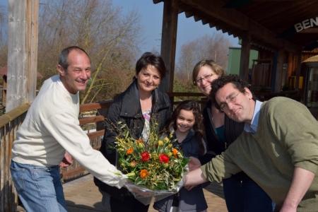 Foto (von rechts nach links): Lorenz Schläfli, C.O. Stiftung Papiliorama; Mutter von Lara und Lara Martins; Chantal Derungs,leitende Biologin; Caspar Bijleveld, Direktor Stiftung Papiliorama