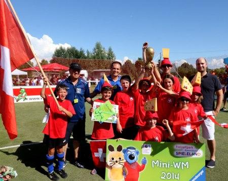 Bei der Mini-WM im Spieleland gewinnt die Schweiz alias SC Reichenhofen/ Unterzeil den Titel