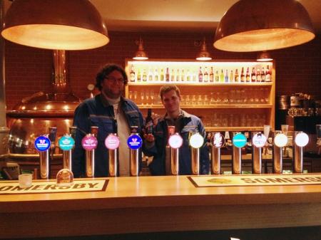 Yannick Montandon (links) und Timon Bamberger mit ihrem Bier im Feldschlösschen Restaurant.