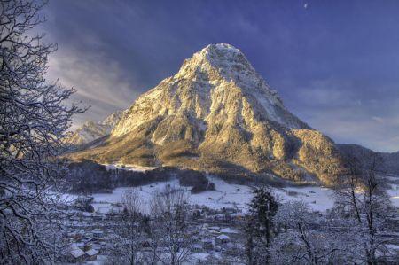Glarus am Fusse des Glärnisch-Massivs zeigt sich zur Weihnachtszeit von seiner   winterlich-verträumten Seite.